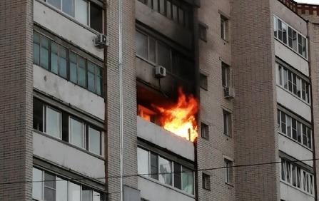 10 человек эвакуировали из-за пожара на балконе многоэтажки в Дзержинске