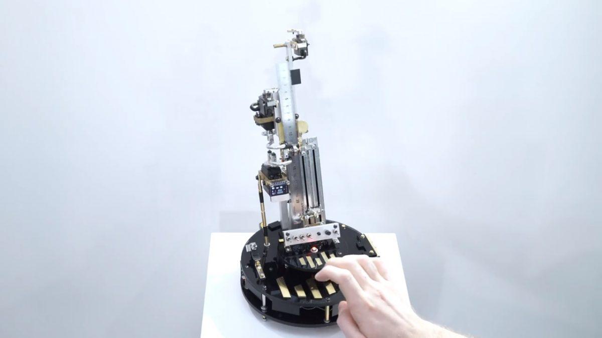 Художник изобрел линейку бас-синтезатор для «доставания учителей»