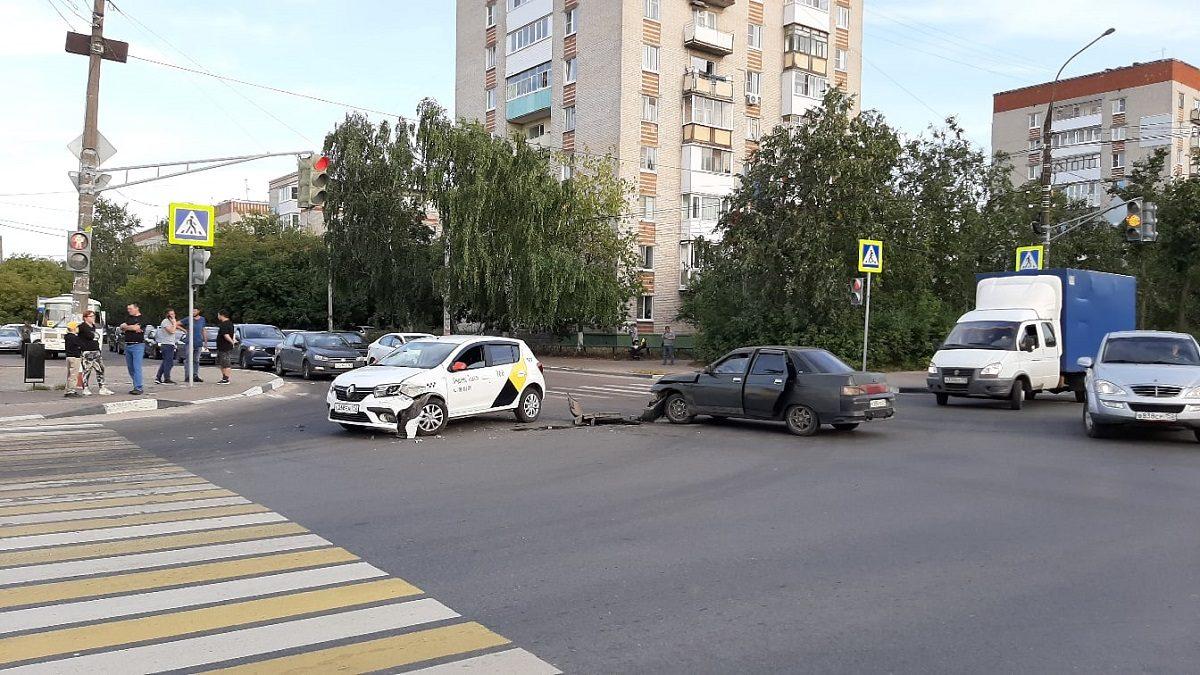 Два автомобиля столкнулись на перекрестке в Дзержинске