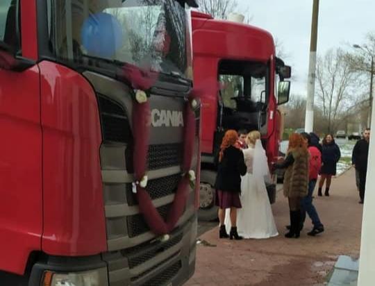 Жених и невеста приехали в ЗАГС на грузовике