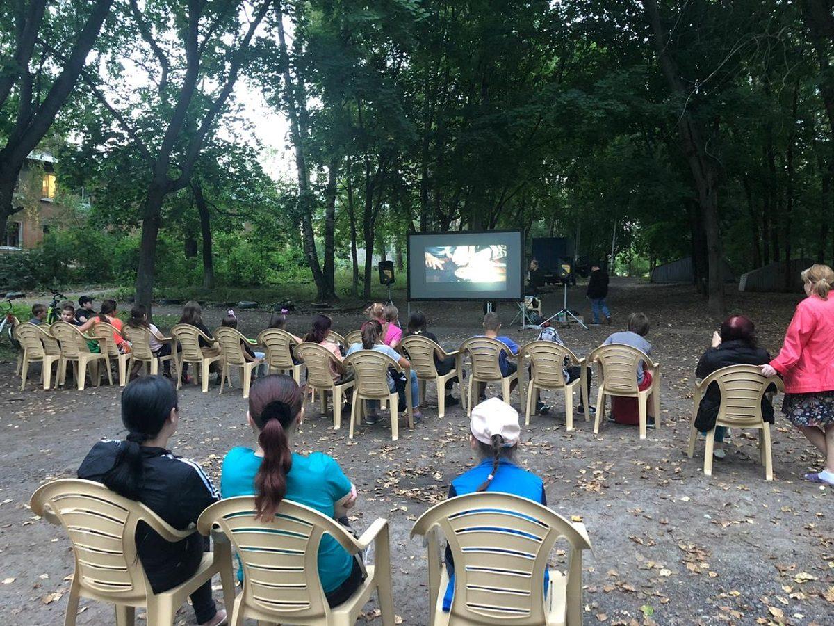 В нижегородских дворах показывают советские фильмы под открытым небом
