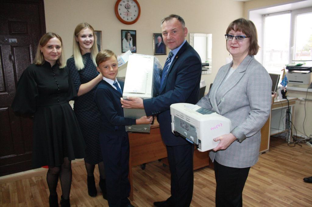 Еще две многодетные семьи получили компьютеры в подарок от Совета отцов в Ваче