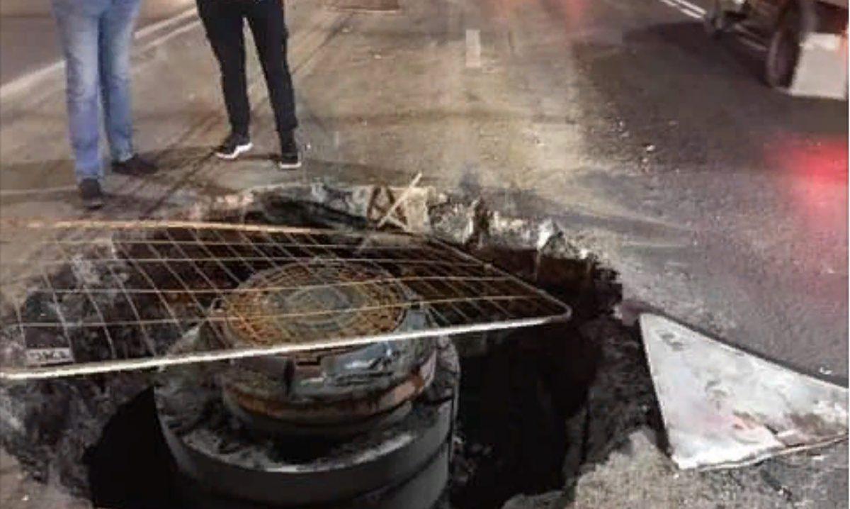 Четыре автомобиля серьёзно пострадали, попав в огромную яму на проспекте Гагарина