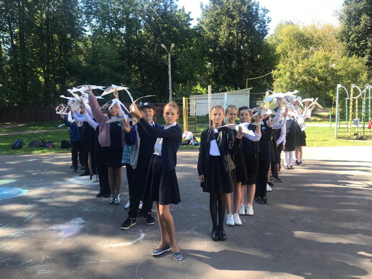 Фото дня: Нижегородские школьники создали журавлиный клин в память о погибших в терактах детях