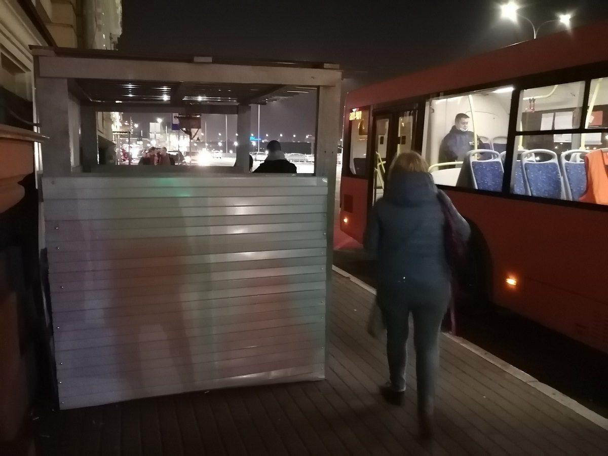«Будку для людей» вместо остановки установили на Речном вокзале