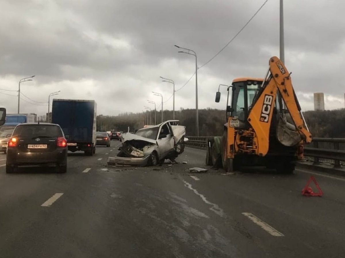 Машина просто всмятку: страшное ДТП произошло на Мызинском мосту