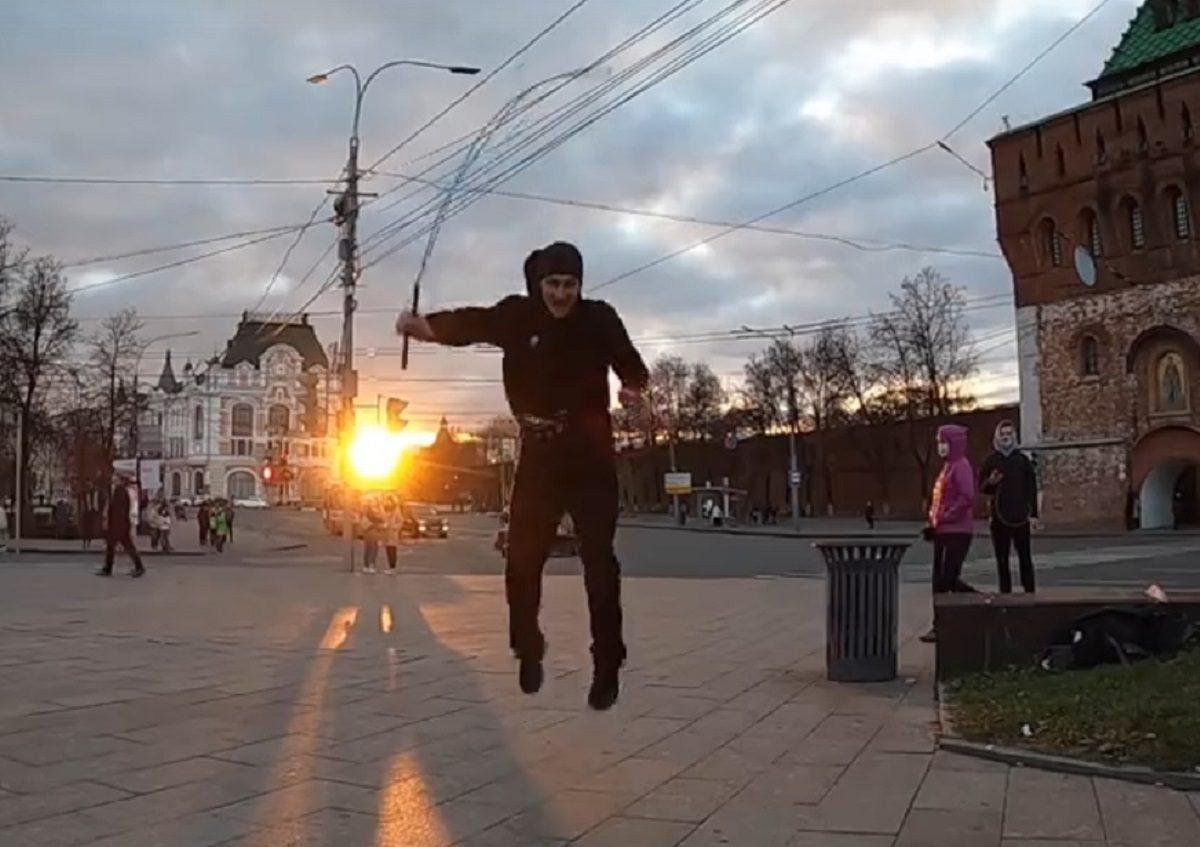 Видео дня: челябинская семья со скакалкой допрыгала до Нижнего Новгорода