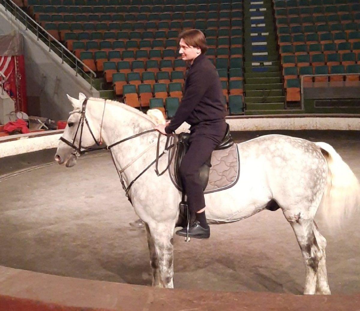 Эдгард Запашный исполнил трюк с лошадьми в нижегородском цирке