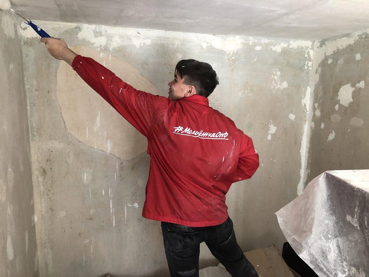 Волонтеры «Молодежки ОНФ» сделали ремонт в квартире одинокой пенсионерки в Нижнем Новгороде