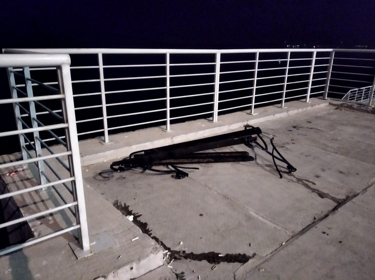 Вандалы сломали лавочки и вырвали ливневки у стадиона «Нижний Новгород» на Волжской набережной