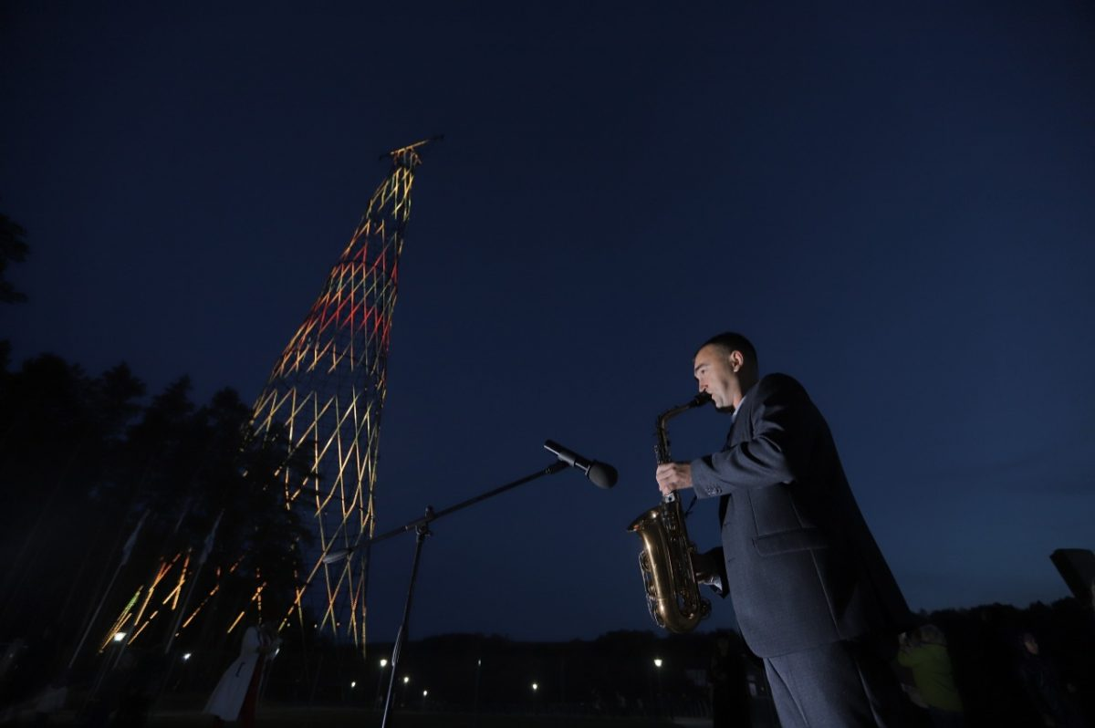 Саксофонист сыграл для посетителей Шуховской башни