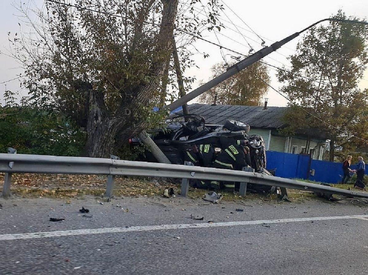 Иномарка влетела в отбойник и врезалась в столб в Володарском районе