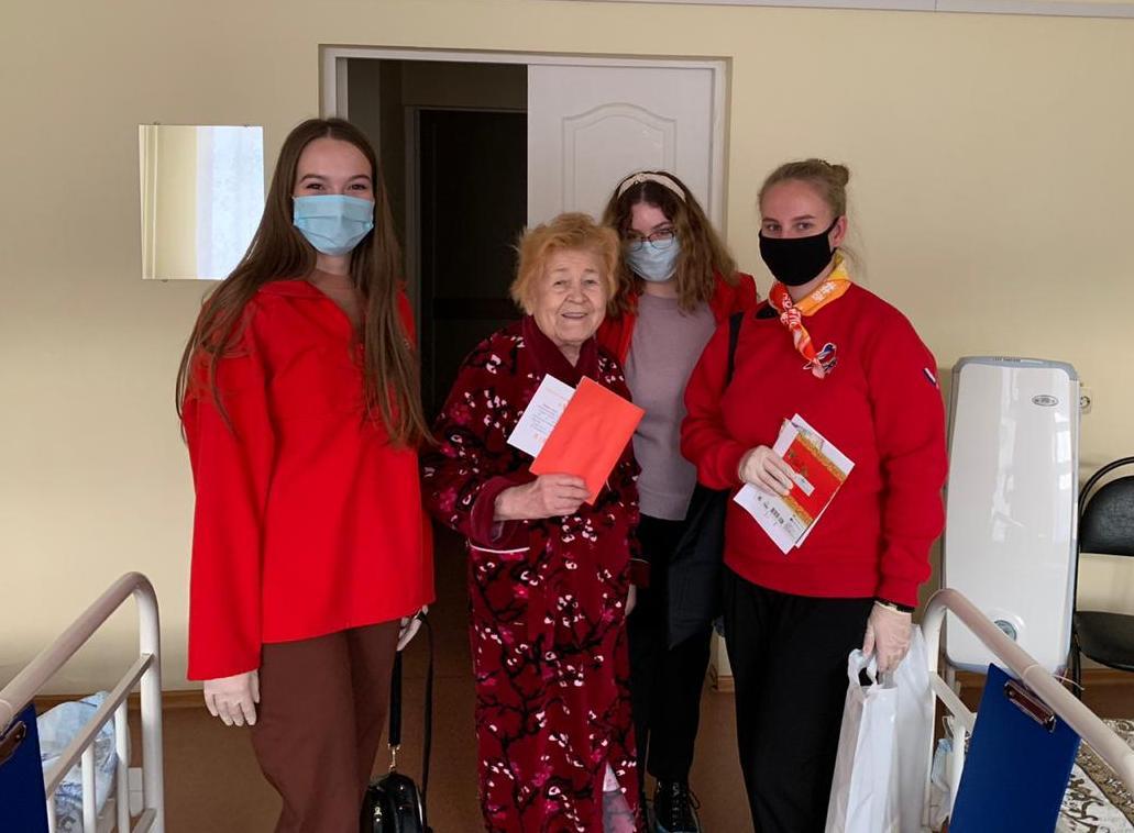 Волонтеры порадовали пожилых нижегородцев улыбками и детскими открытками