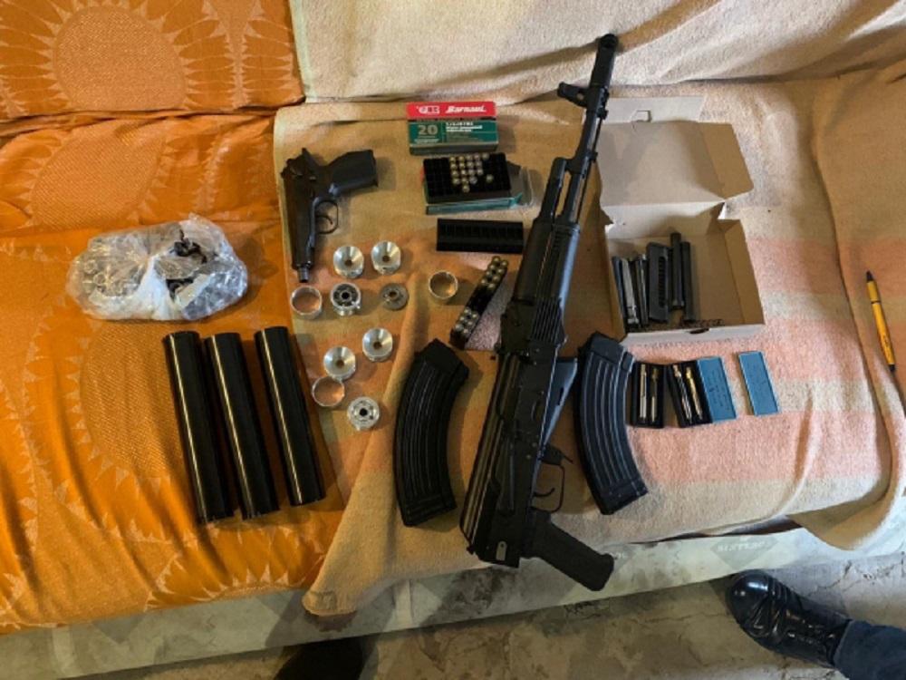 У жителя Дзержинска нашли пистолет, автомат и 264 патрона