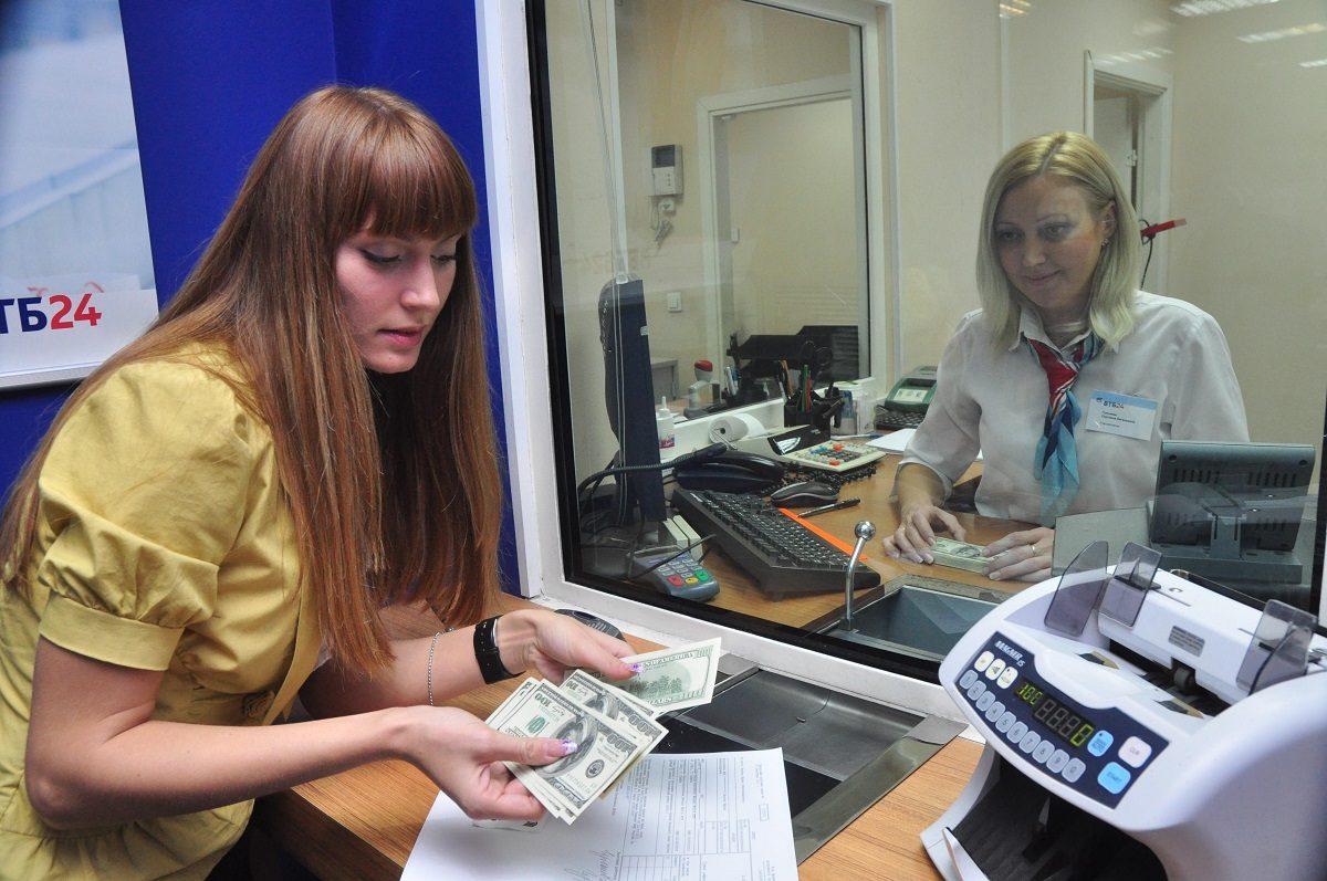 Срубили рубль: почему отечественная валюта опять обвалилась