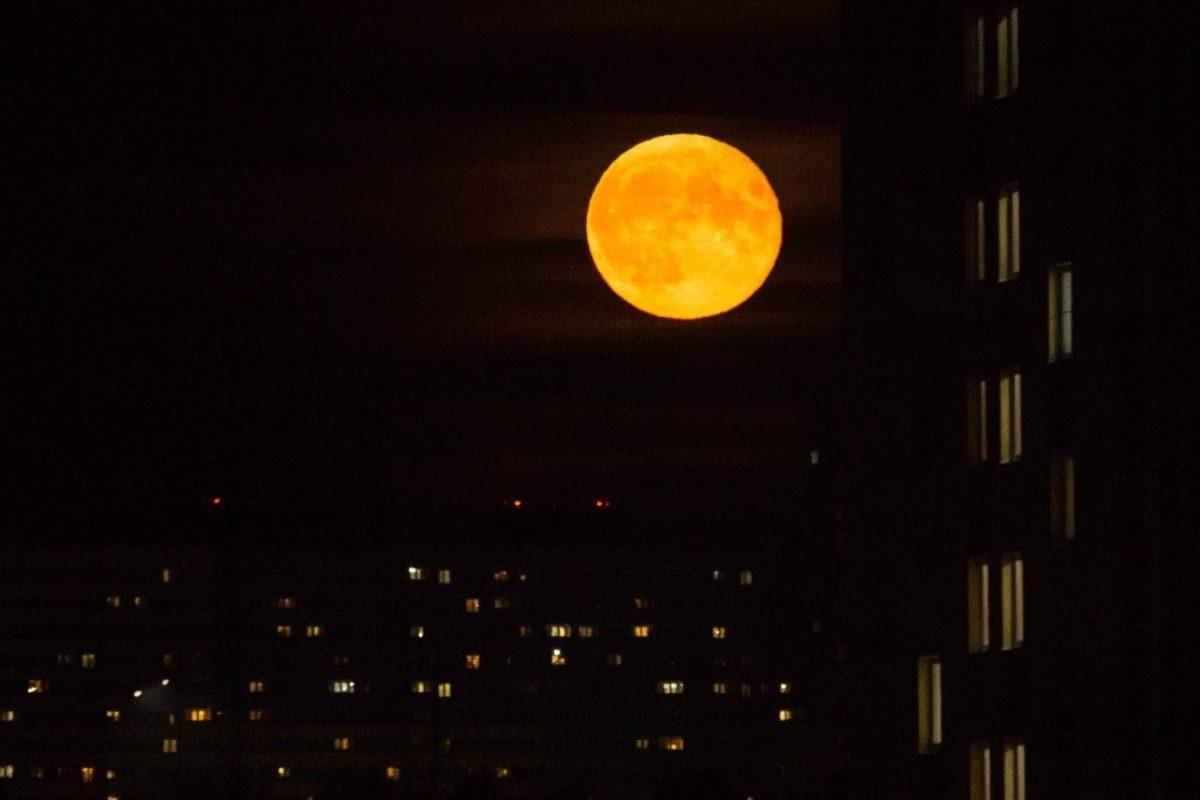 Нижегородцы увидели большую красную луну