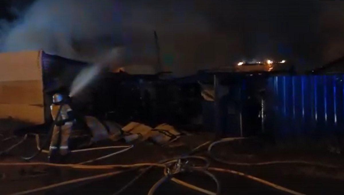 Сильный пожар произошёл в Канавинском районе: горели два жилых дома и автосервис