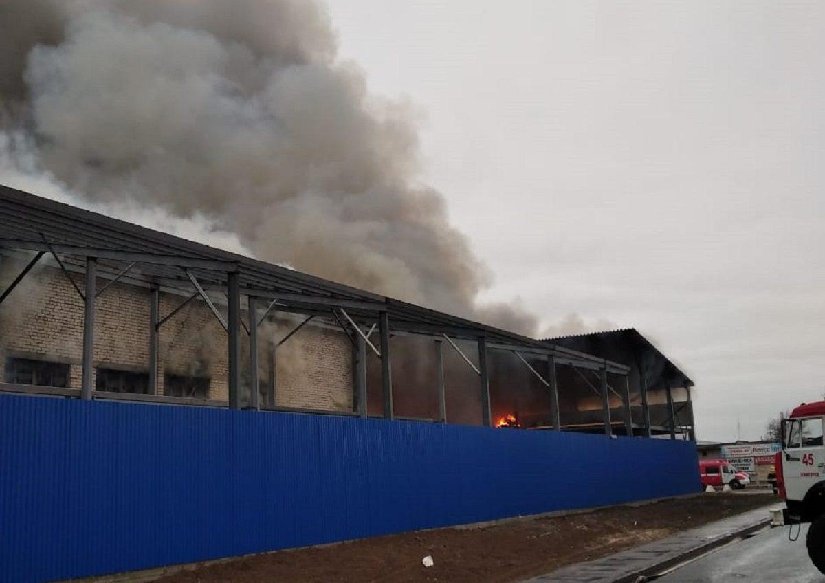 Площадь пожара увеличилась на складе в Сормовском районе
