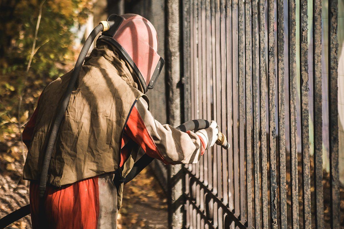 Реставрация ограды началась впарке «Швейцария»