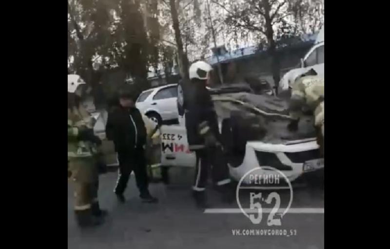 Такси перевернулось на крышу в Нижнем Новгороде