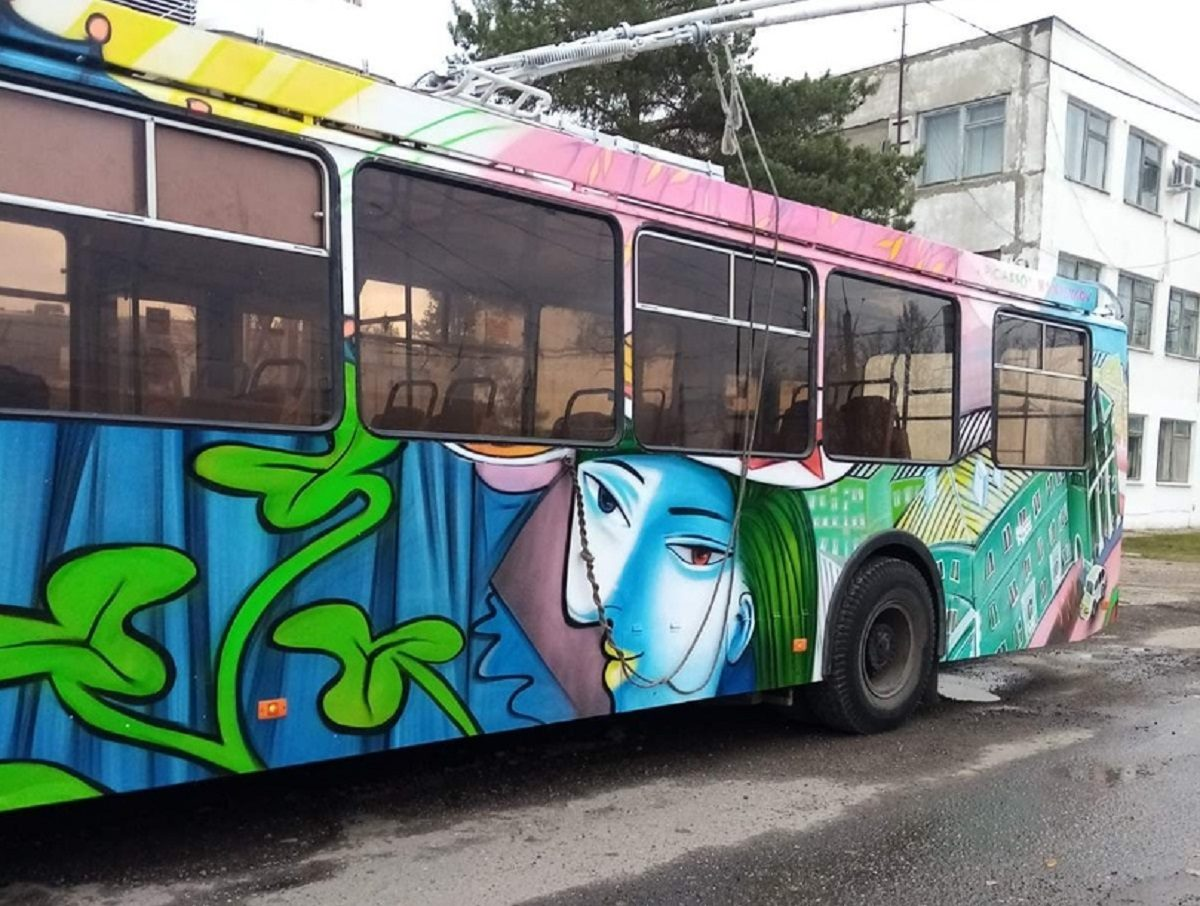 Дзержинский троллейбус украсили фрагментами картин Пабло Пикассо