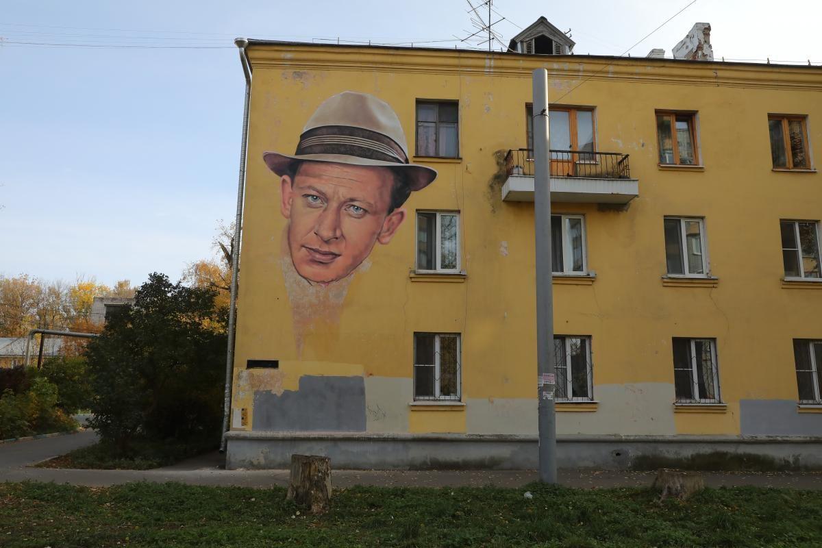 Портрет актера Евгения Евстигнеева появился на фасаде дома в Канавинском районе