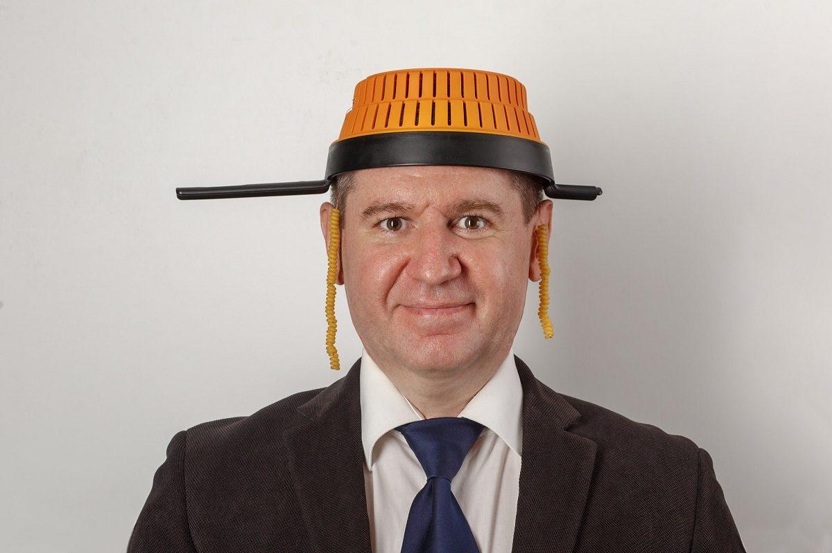 Нижегородцу запретили фотографироваться на загранпаспорт с дуршлагом на голове