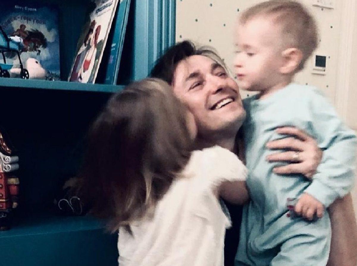 Сергей Безруков умилил соцсети фотографией с детьми