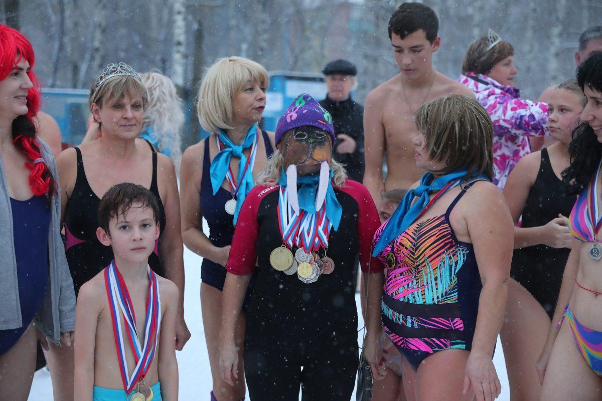 Забег в купальниках, песни под гармошку и ныряние в холодную воду: как нижегородцы отметили День моржа