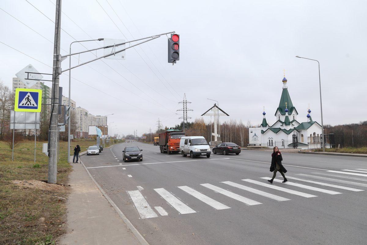 Новый светофор установили на перекрёстке улиц Цветочной и Академика Сахарова в Нижнем Нвгороде
