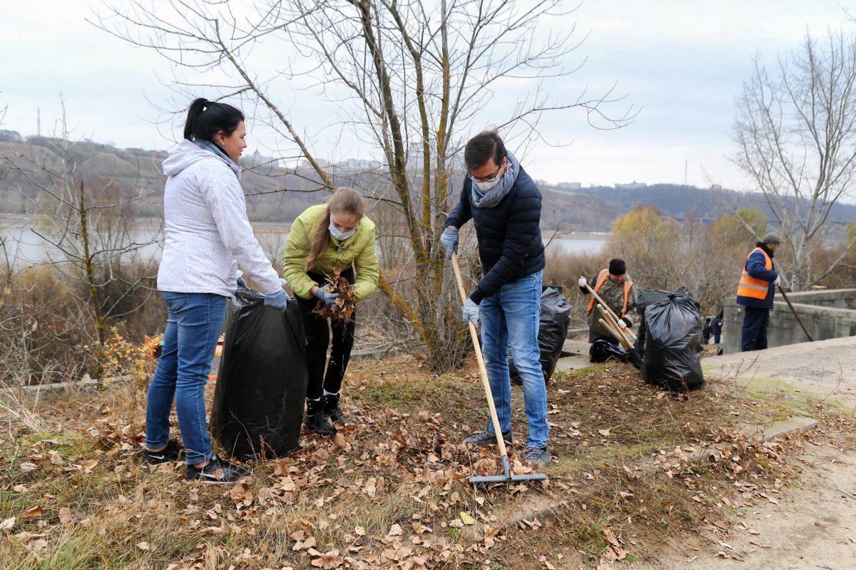 Глава Нижнего Новгорода Юрий Шалабаев вместе с волонтёрами убрал мусор на берегу Оки