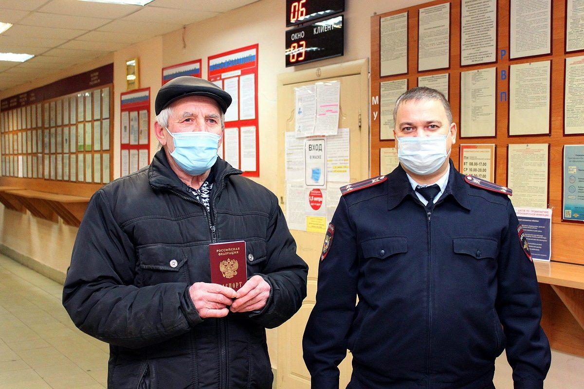 Нижегородские полицейские помогли получить российский паспорт 70-летнему уроженцу СССР