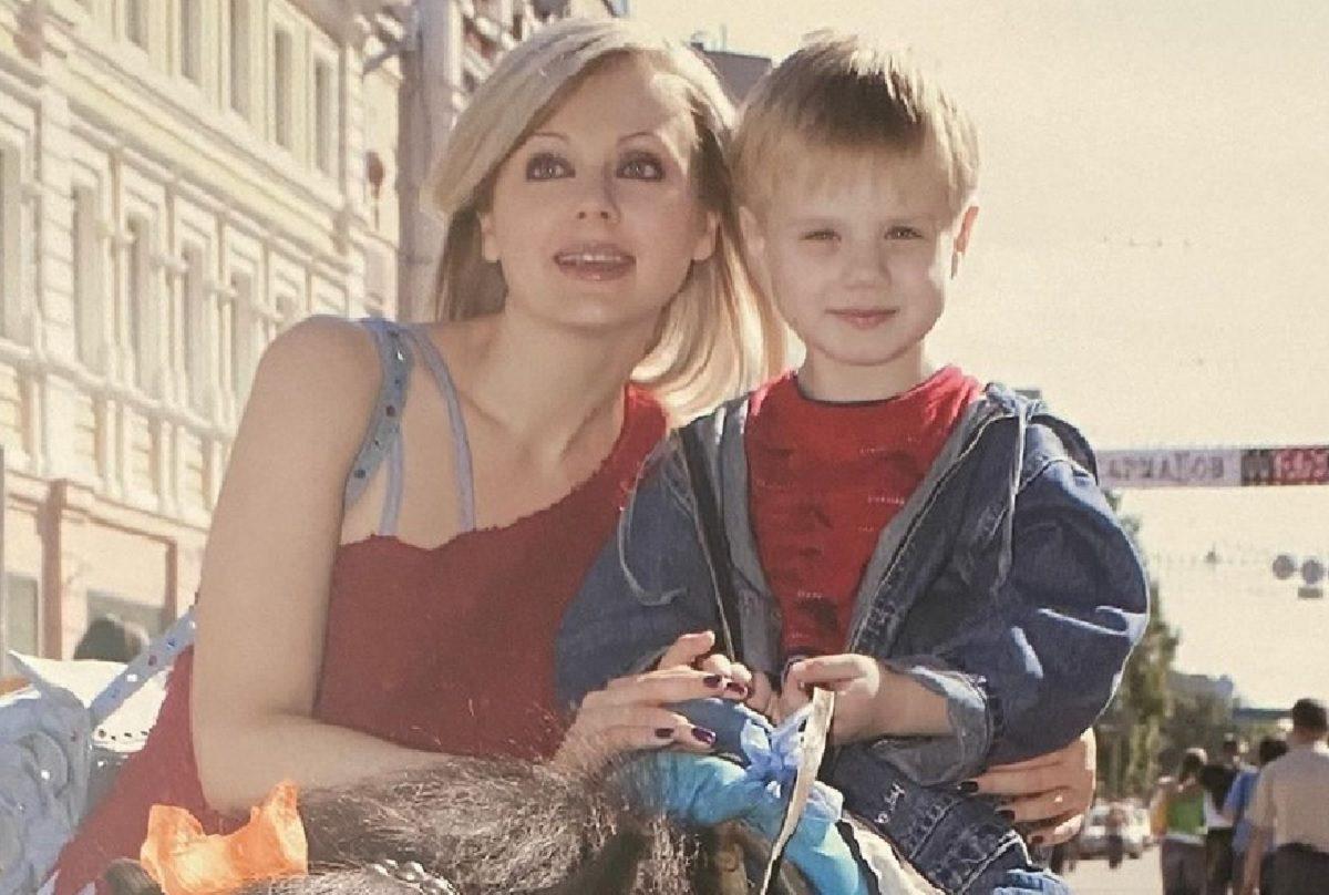 «Малыш вырос, а мамочка всё такая же молодая»: певица Натали показала архивные фото старшего сына