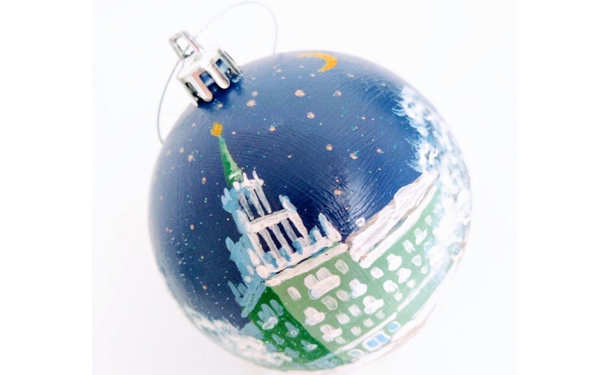 Главные достопримечательности Дзержинска украсили новогодние шары