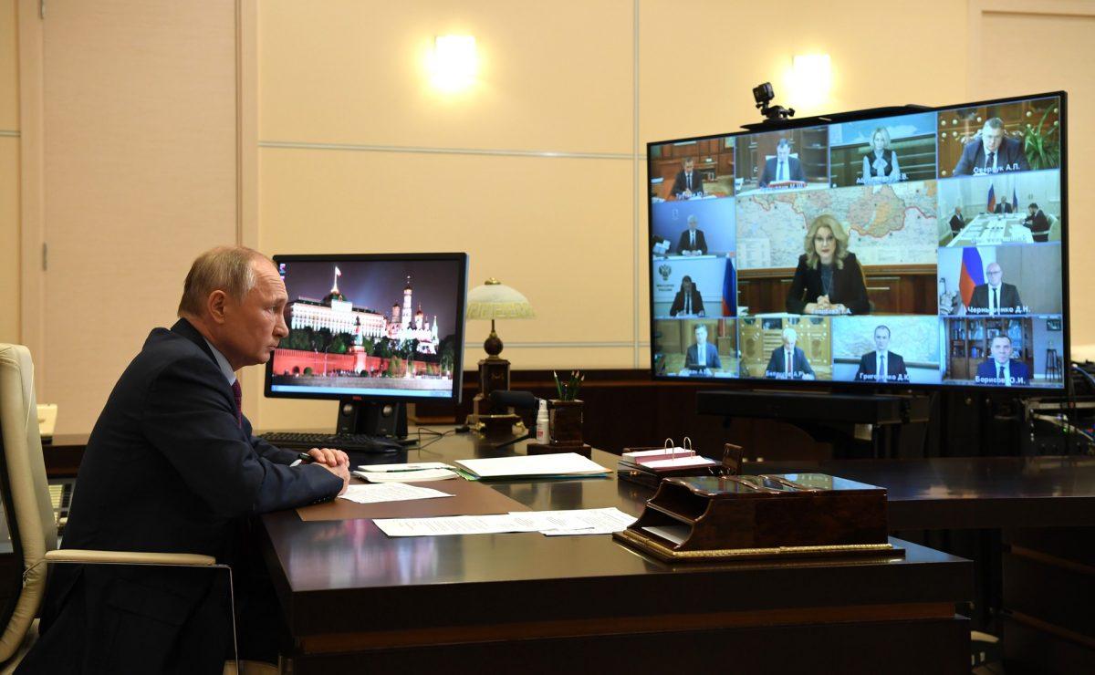 Быстрое тестирование, выплаты студентам-медикам и фиксированный тариф на такси: какие решения принял Владимир Путин на совещании о коронавирусе