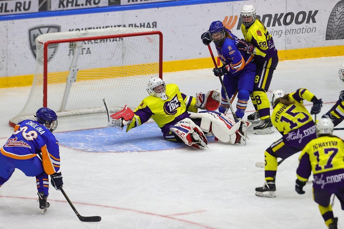 Хоккеистки нижегородского «СКИФа» закрепились на первом месте