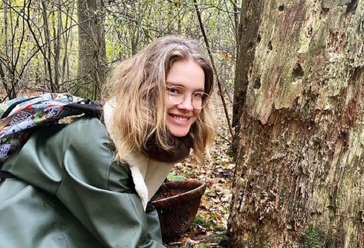 Наталья Водянова в элегантном образе отправилась «по грибы»