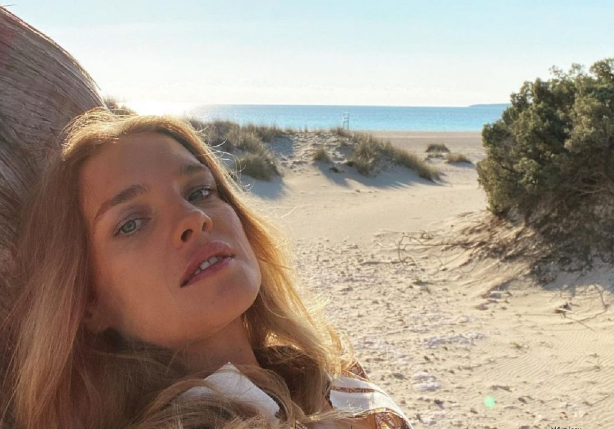 Красотка в пуговках: Наталья Водянова отправилась в путешествие по Греции