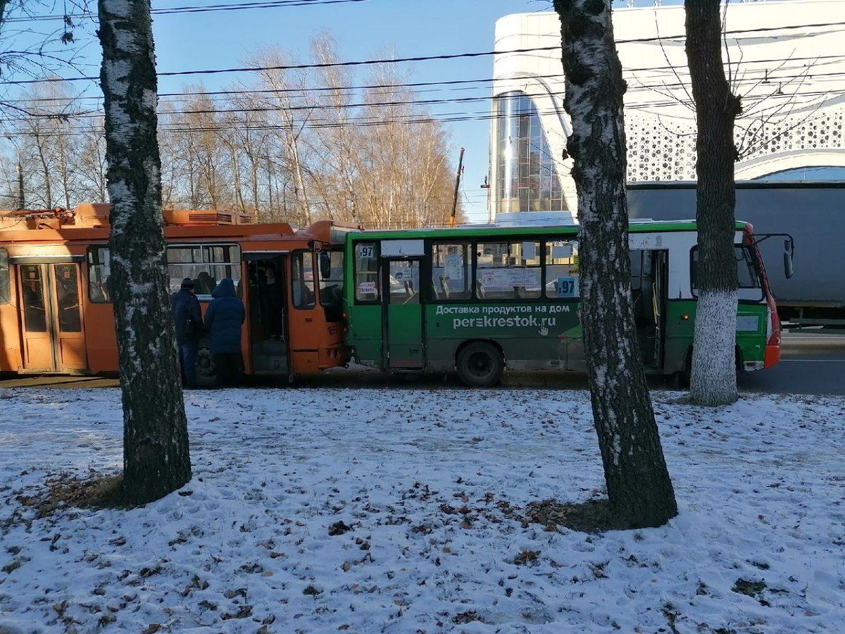 Троллейбус «догнал» маршрутку в Нижнем Новгороде: есть пострадавшие