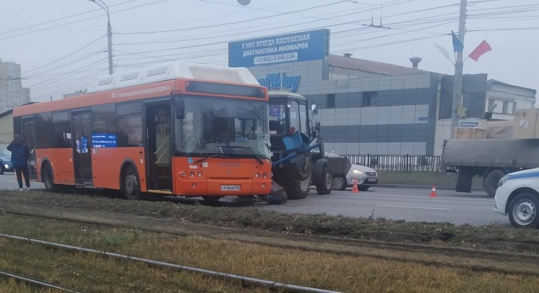 Автобус и трактор столкнулись в Нижнем Новгороде