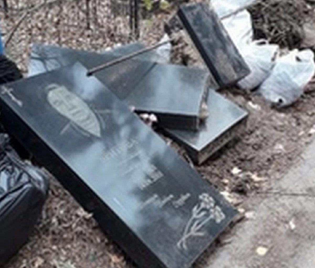 Жуткая свалка из надгробий появилась на дзержинском кладбище