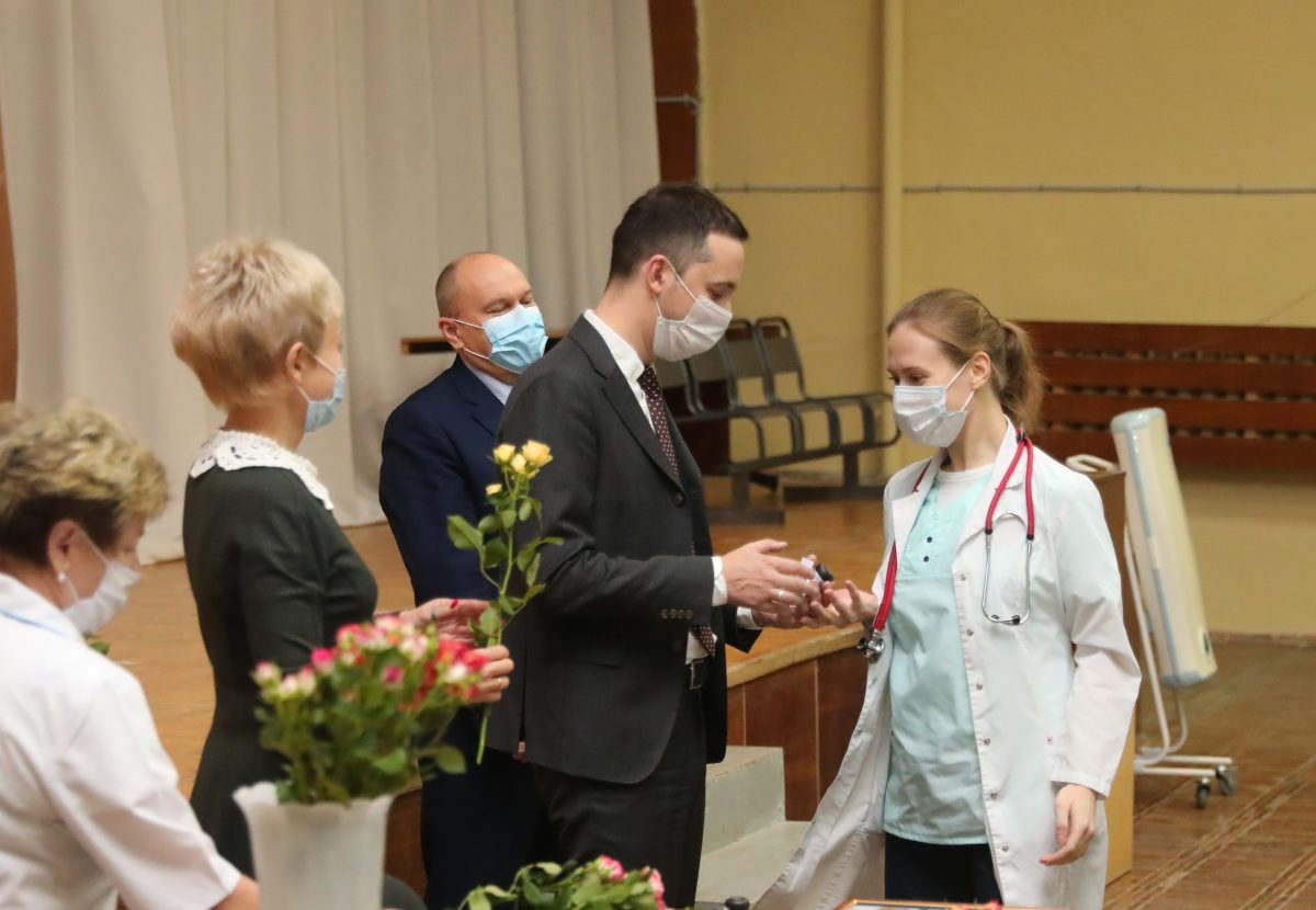 Давид Мелик-Гусейнов вручил почетные грамоты врачам детской областной клинической больницы