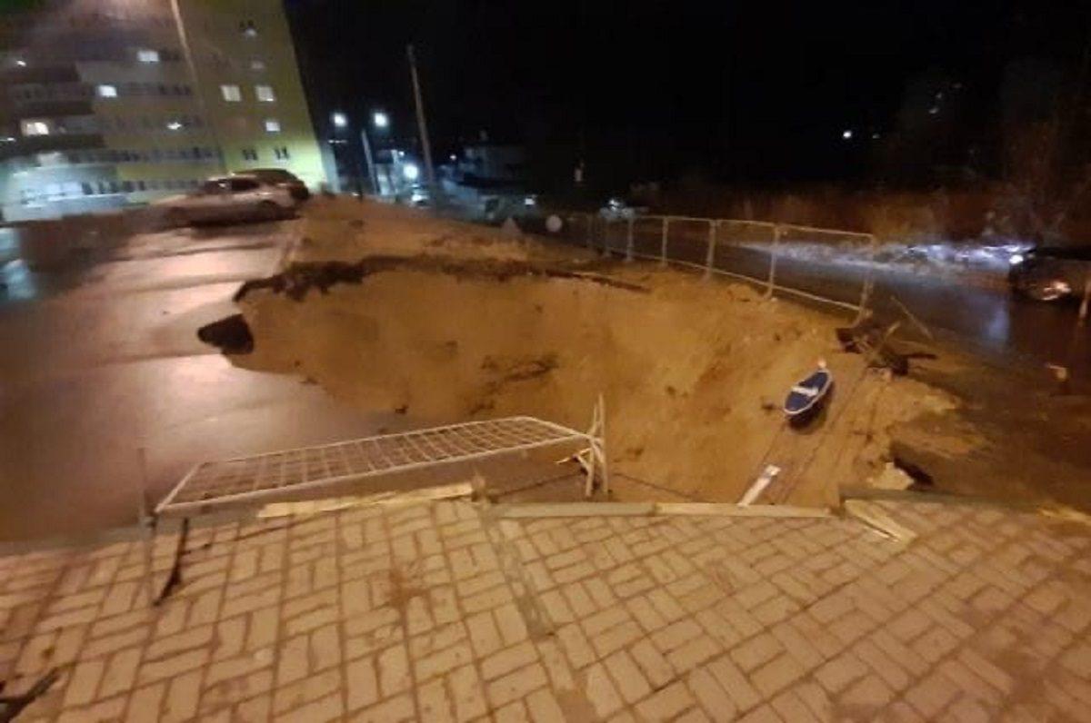 Огромный провал образовался на парковке в ЖК «Красная поляна» в Нижнем Новгороде