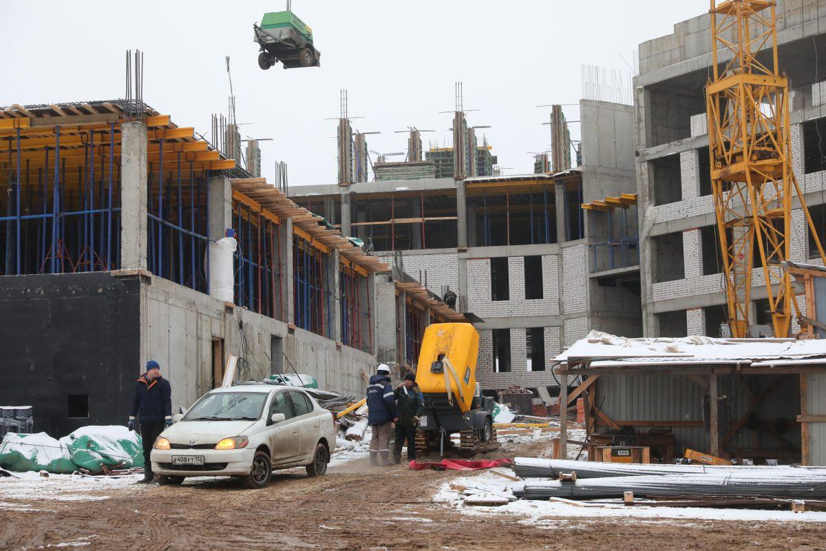 Подрядчик ведет работы понаружной теплоизоляции здания новой школы впоселке Новинки