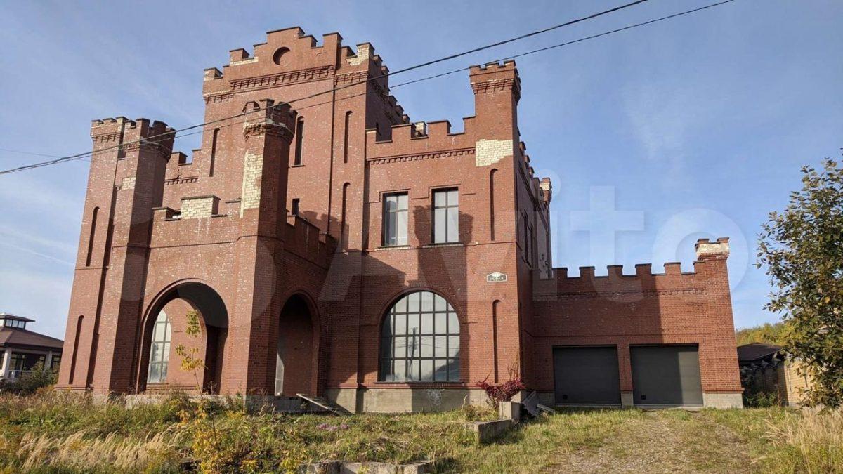 Трёхэтажный «замок» продаётся в Кстовском районе за 15 млн рублей