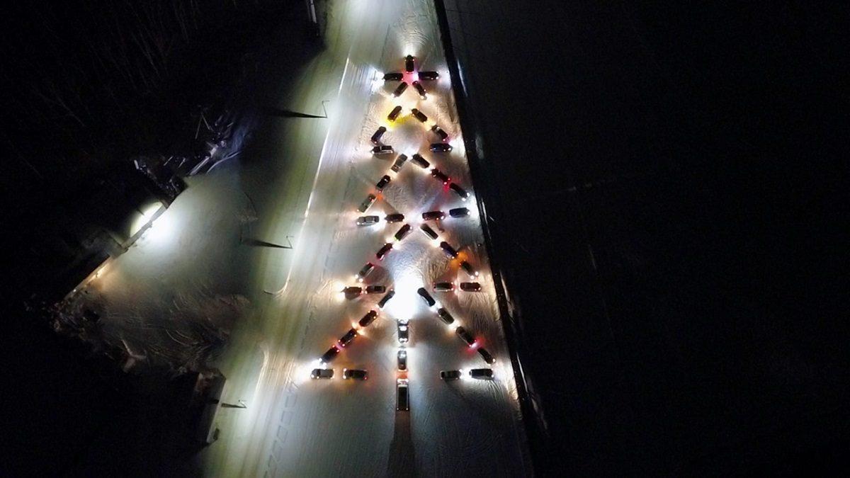 Фото дня: водители Нижнего Новгорода создали огромную ёлку из машин