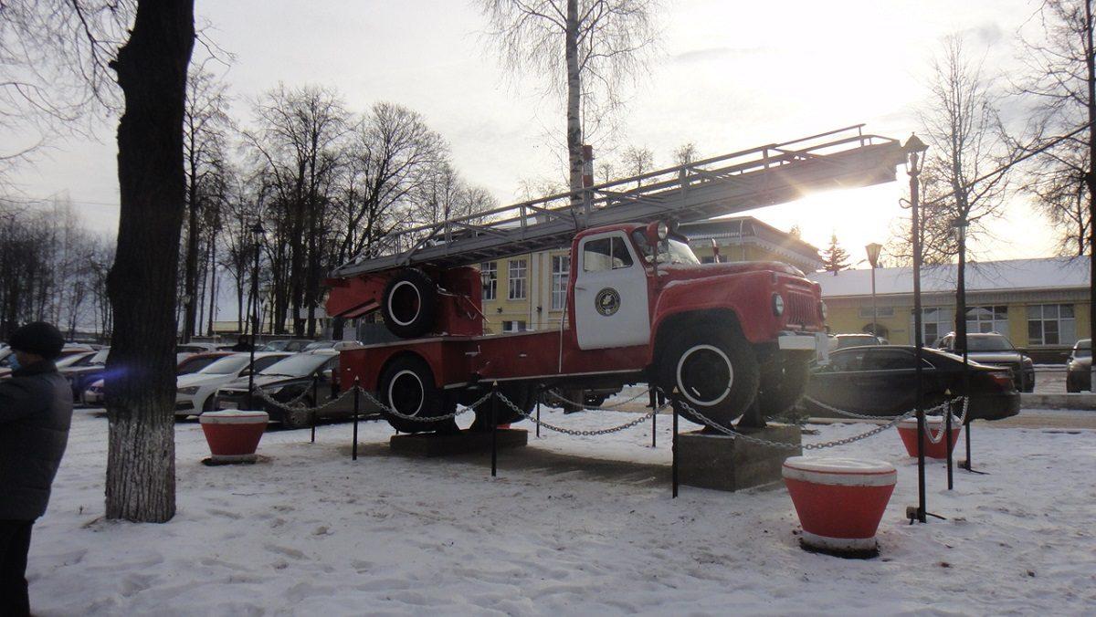 Фото дня: памятник пожарному автомобилю установили в Павлове
