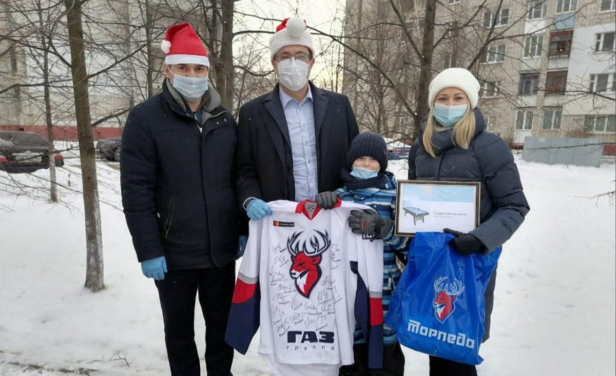 Глеб Никитин подарил аэрохоккей 7-летнему Михаилу Шлоссеру— участнику акции «Елка желаний»