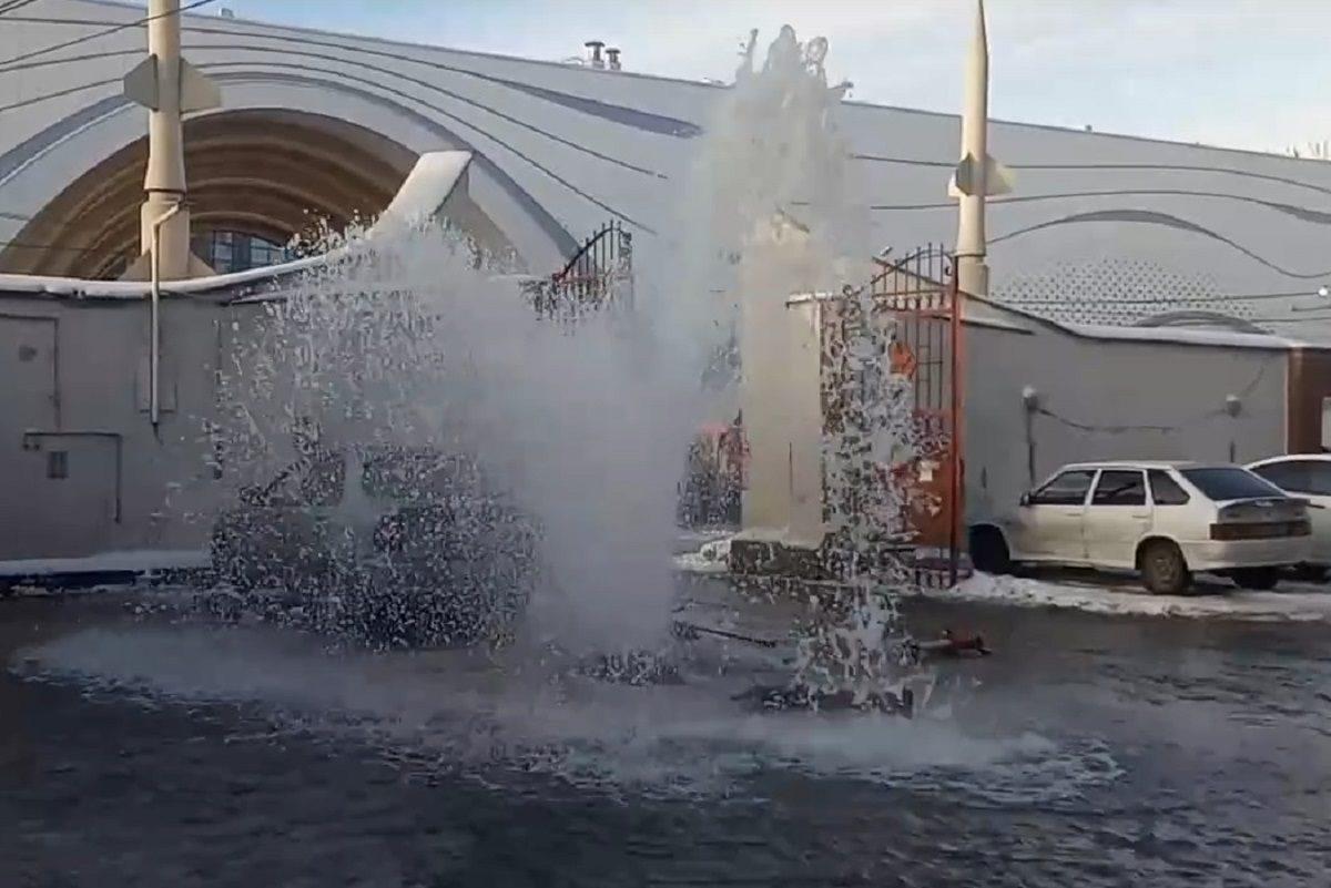 Фонтан воды забил из-под земли на дороге в Нижнем Новгороде