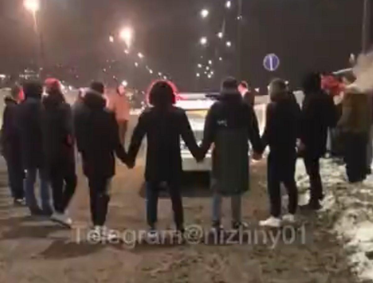 Видео дня: нижегородские водители устроили хоровод вокруг автомобиля ДПС